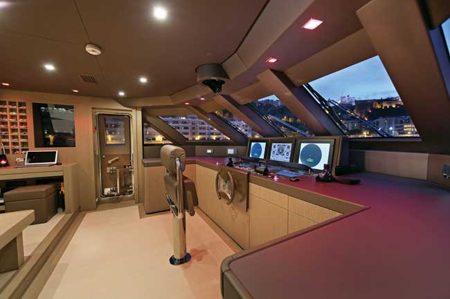 The integrated I-Bridge system by Team Italia provides a clutter-free wheelhouse. In the absence of wing stations, a wireless maneuvering device can be used to pilot the yacht.